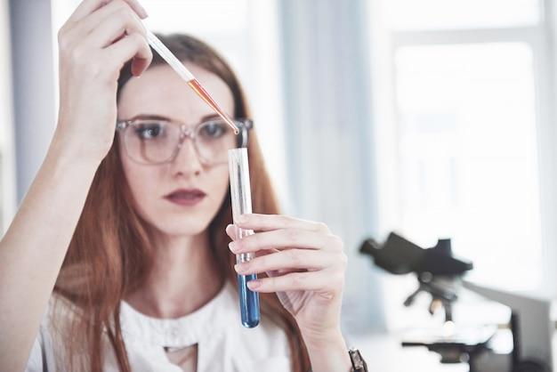 Experimenten in het chemisch laboratorium. een experiment werd uitgevoerd in een laboratorium in transparante kolven