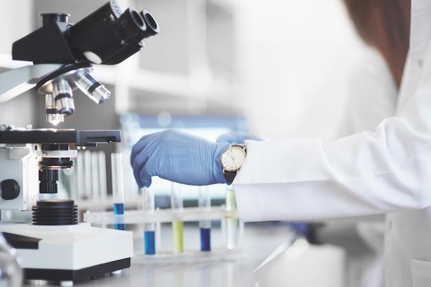 Experimenten in het chemisch laboratorium. in een laboratorium in transparante kolven is een experiment uitgevoerd