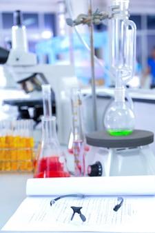 Experimenten in het laboratorium om het virus te bestuderen.
