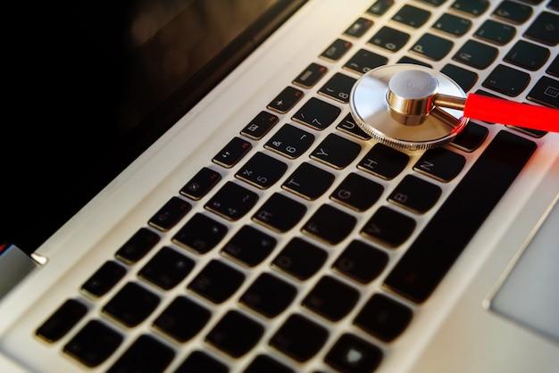 Expert onderzoekt een laptop om deze te repareren tegen een virusinfectie via internet.
