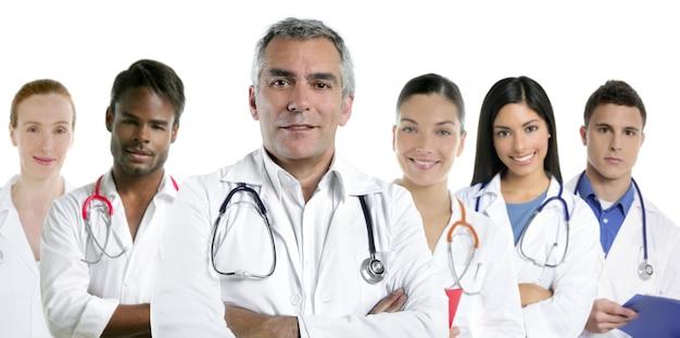 Expertise arts multiraciale verpleegster team rij