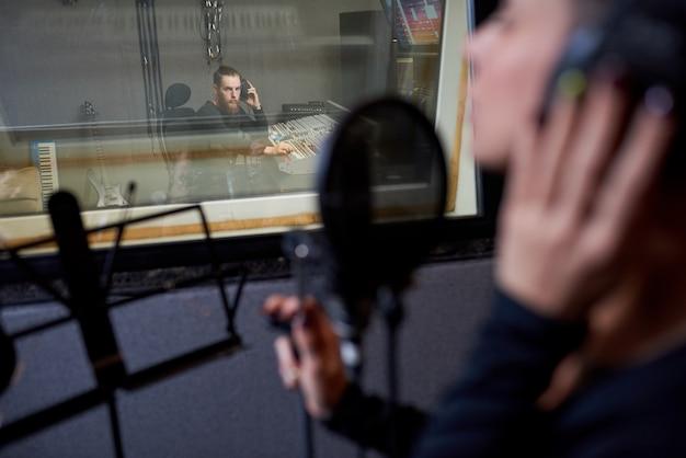 Exploitant die met zanger in studio werkt
