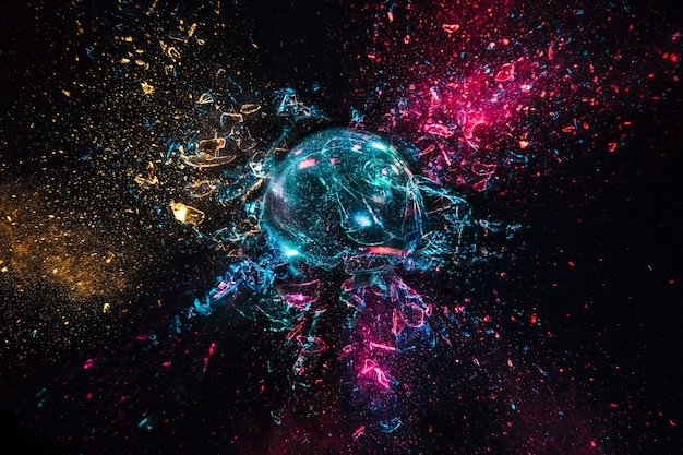 Explosie van een glazen bol met gekleurde lichten, zwarte achtergrond. hoge snelheid fotografie.