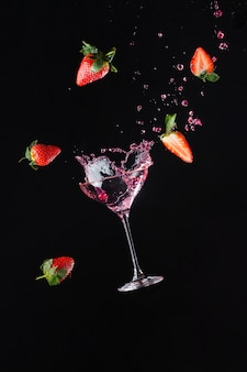 Explosie van frisheid met een koel glas wijn. zwarte achtergrond