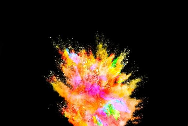 Explosie van gekleurd poeder op zwarte achtergrond.