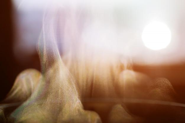 Explosief poeder wit. rook witte zwarte achtergrond.