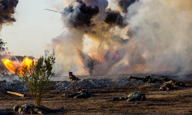 Explosies van granaten en bommen, rook. wederopbouw van de slag om de tweede wereldoorlog. slag om sevastopol.
