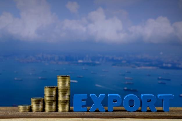 Export tekst en stapel van munten op hout met zeegezicht en vrachtschip achtergrond