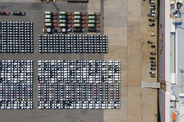 Export van nieuwe auto producten te koop door containers schip luchtfoto bovenaanzicht van drone