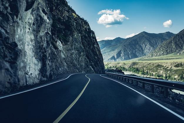 Express en gevaarlijke weg aan de rand van de berg
