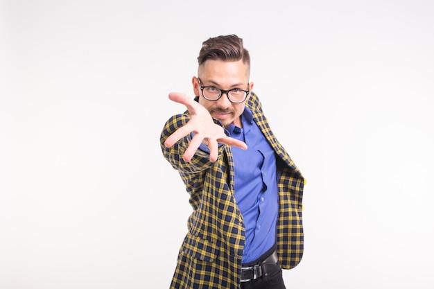 Expressie en gebaar concept - jonge knappe man met zijn hand uit