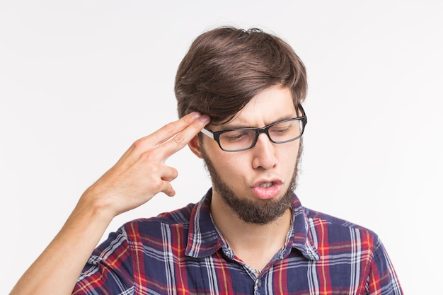 Expressie en gebaar concept jonge man met bangbang gebaar of zelfmoord?