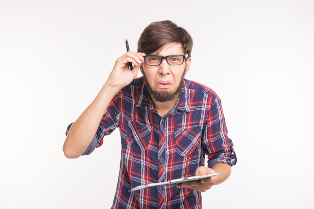 Expressie en gebaar concept - knappe man met verbaasd gezicht.