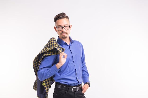 Expressie en grappige mensen concept - portret van lachende man met jas op witte achtergrond met kopie space