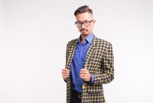 Expressie en mensen concept - portret van stijlvolle knappe man op witte achtergrond met kopie ruimte