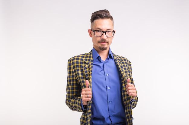 Expressie en mensen concept - portret van stijlvolle knappe man op witte achtergrond
