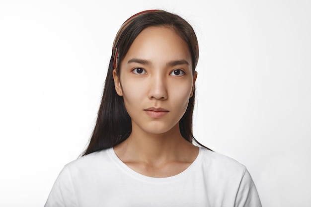 Expressief aziatisch meisje poseren binnen