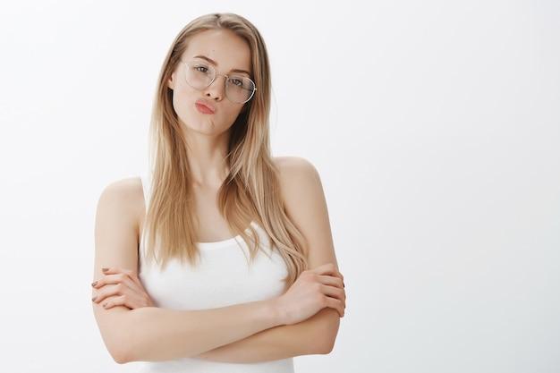 Expressief jong meisje met blond haar