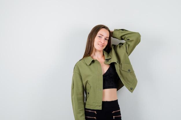 Expressief jong meisje poseren in de studio