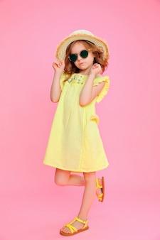 Expressief meisje in jurk