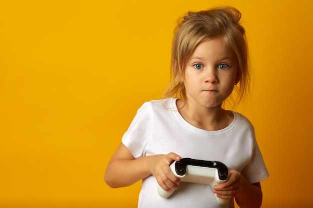 Expressief meisje speelt met gamepad