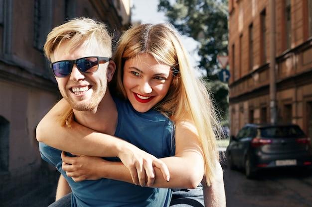 Expressief paar poseren in de stad