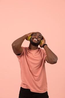 Expressieve afro-amerikaanse man die naar muziek luistert