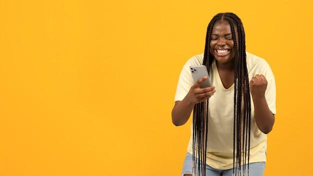 Expressieve afro-amerikaanse vrouw met kopieerruimte