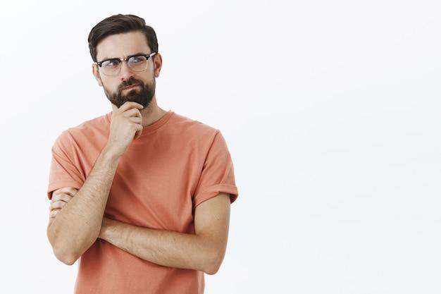 Expressieve bebaarde man in oranje t-shirt