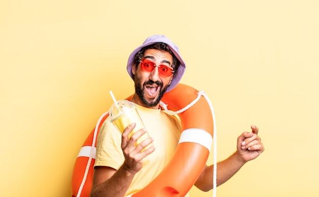 Expressieve gekke bebaarde man met hoed en zonnebril. vakantie concept