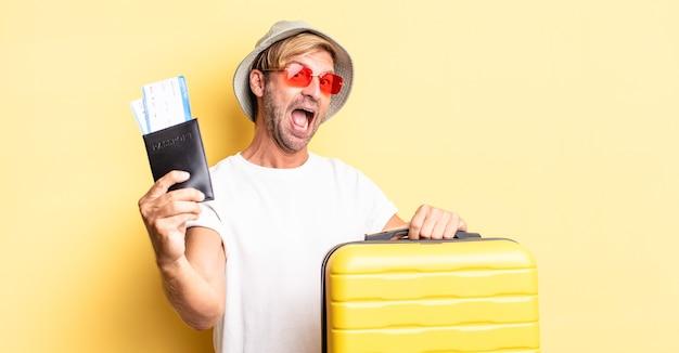 Expressieve gekke bebaarde man op vakantie met een koffer
