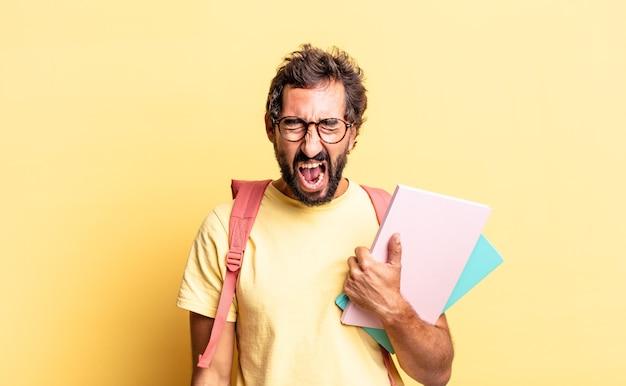 Expressieve gekke man die agressief schreeuwt en er erg boos uitziet. volwassen student concept
