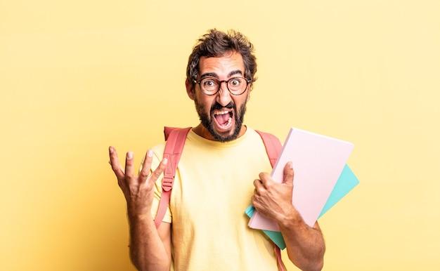 Expressieve gekke man die boos, geïrriteerd en gefrustreerd kijkt. volwassen student concept