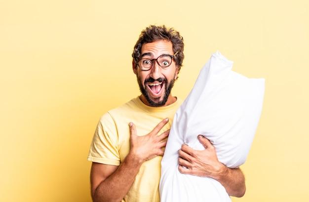 Expressieve gekke man die hardop lacht om een hilarische grap en een kussen vasthoudt
