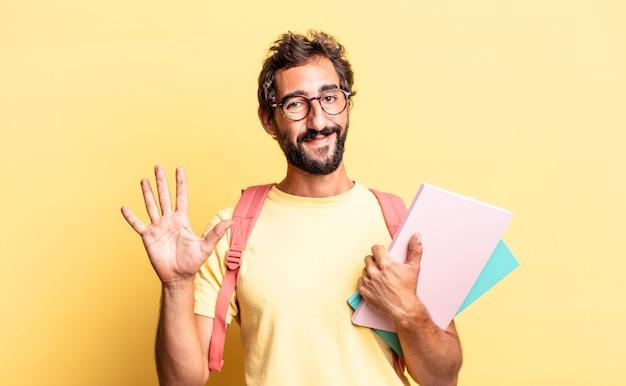 Expressieve gekke man die lacht en er vriendelijk uitziet, met nummer vijf. volwassen student concept