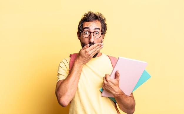 Expressieve gekke man die mond bedekt met handen met een geschokt. volwassen student concept