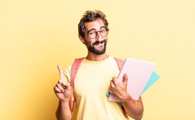 Expressieve gekke man die trots en zelfverzekerd glimlacht en nummer één maakt. volwassen student concept