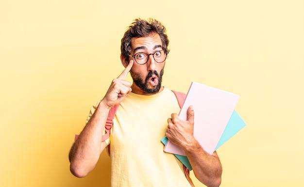 Expressieve gekke man die verrast kijkt en een nieuwe gedachte, idee of concept realiseert. volwassen student concept