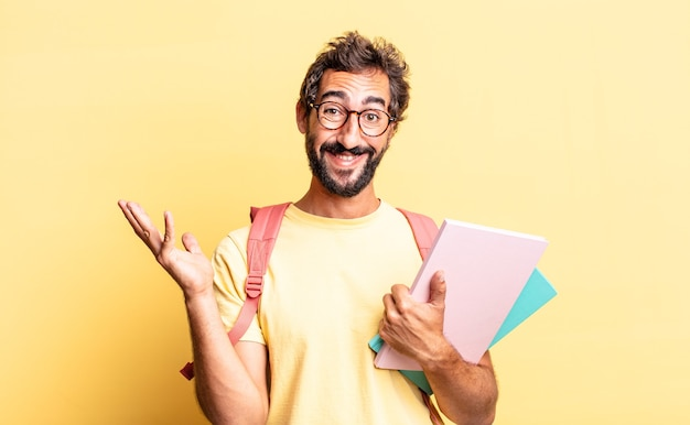 Expressieve gekke man die zich gelukkig, verrast voelt en een oplossing of idee realiseert. volwassen student concept