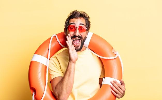 Expressieve gekke man die zich gelukkig voelt, een grote schreeuw geeft met de handen naast de mond. reddingsconcept