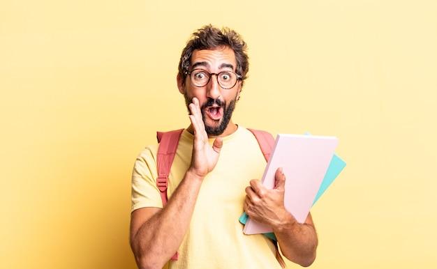 Expressieve gekke man die zich gelukkig voelt, een grote schreeuw geeft met de handen naast de mond. volwassen student concept