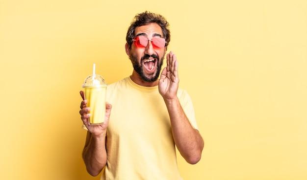 Expressieve gekke man die zich gelukkig voelt, een grote schreeuw geeft met de handen naast de mond