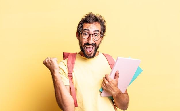 Expressieve gekke man die zich geschokt voelt, lacht en succes viert. volwassen student concept
