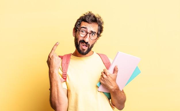 Expressieve gekke man die zich verward en verbaasd voelt en laat zien dat je gek bent. volwassen student concept