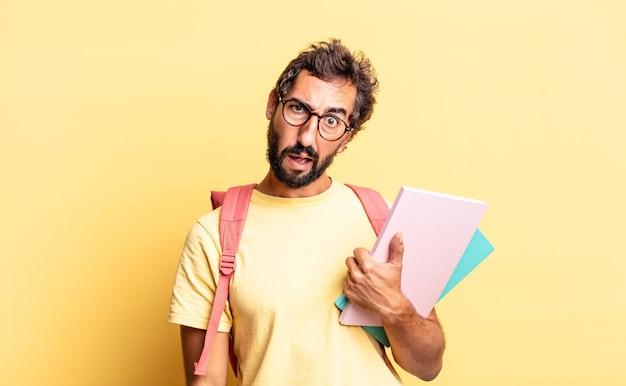 Expressieve gekke man die zich verward en verward voelt. volwassen student concept