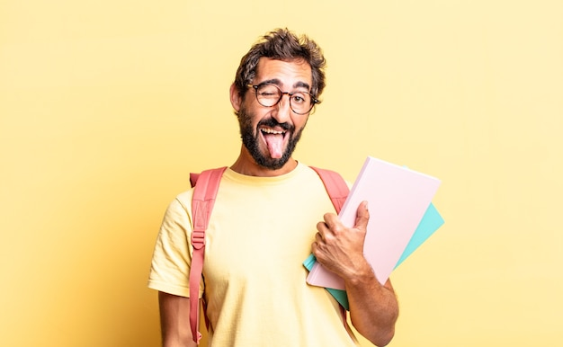 Expressieve gekke man met vrolijke en rebelse houding, grappen makend en tong uitsteken. volwassen student concept