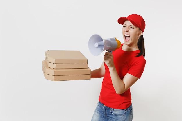 Expressieve hete vrouw in rode dop, t-shirt geven eten bestellen pizzadozen geïsoleerd op een witte achtergrond. vrouwelijke koerier schreeuwt in megafoon, met italiaanse pizza in kartonnen flatbox. leveringsconcept