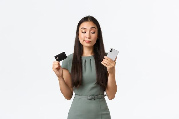 Expressieve jonge aziatische vrouw poseren