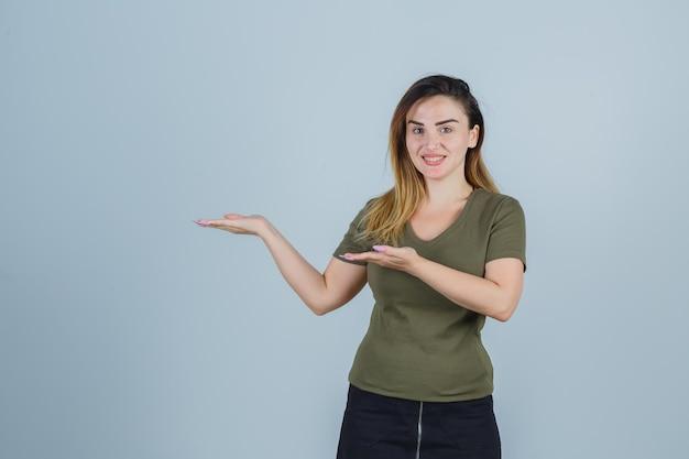 Expressieve jonge dame poseren in de studio