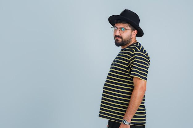 Expressieve jonge man die zich voordeed in de studio